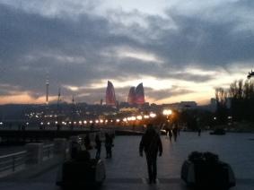 Vlammentorens in Baku, gezien vanaf de promenade